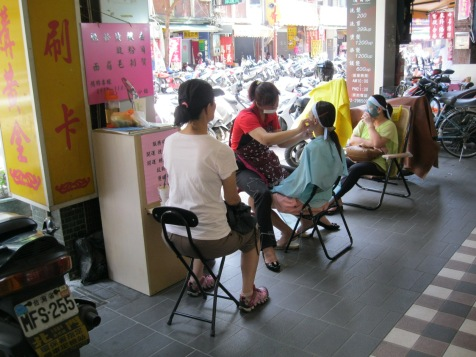 Sidewalk beauty stall in Banqiao.